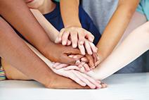 Kinder zeigen Freundschaft und Zusammenhalt mit ihren Händen als Stapel